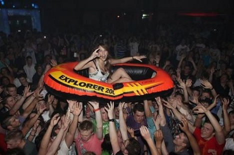 crowdsurfing_like_a_boss